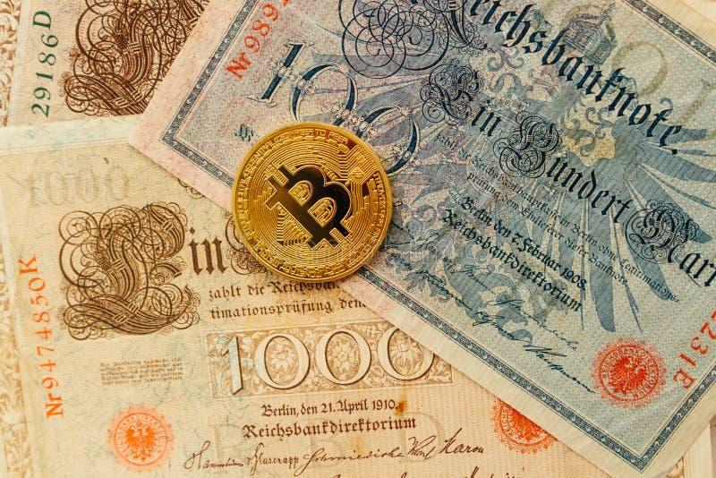 Bitcoin με τα αρχαία χρήματα deutsch Υπόβαθρο έννοιας Cryptocurrency Κινηματογράφηση σε πρώτο πλάνο με το διάστημα αντιγράφων στοκ φωτογραφίες με δικαίωμα ελεύθερης χρήσης