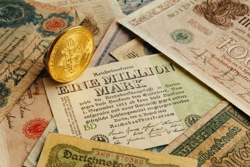 Bitcoin με τα παλαιά χρήματα deutsch διόγκωση Υπόβαθρο έννοιας Cryptocurrency Κινηματογράφηση σε πρώτο πλάνο με το διάστημα αντιγ στοκ εικόνα