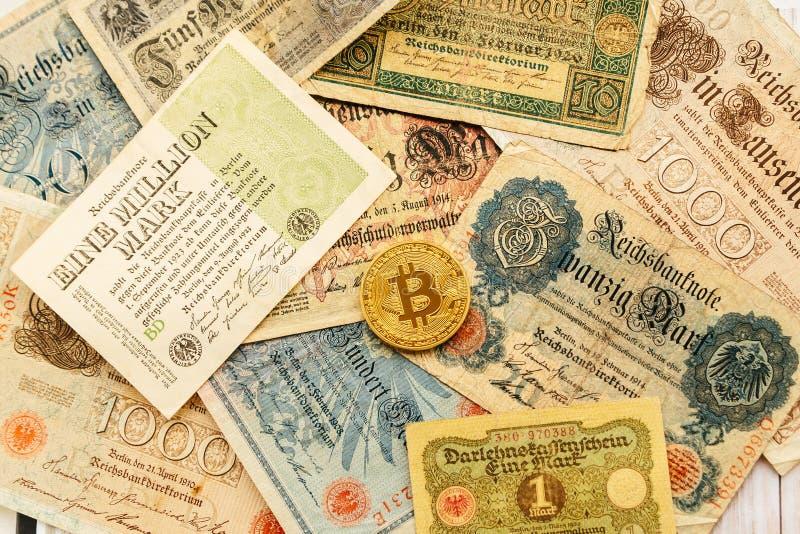 Bitcoin με τα παλαιά χρήματα deutsch Πληθωρισμός των χρημάτων εγγράφου Υπόβαθρο έννοιας Blockchain Cryptocurrency Κινηματογράφηση στοκ φωτογραφία με δικαίωμα ελεύθερης χρήσης