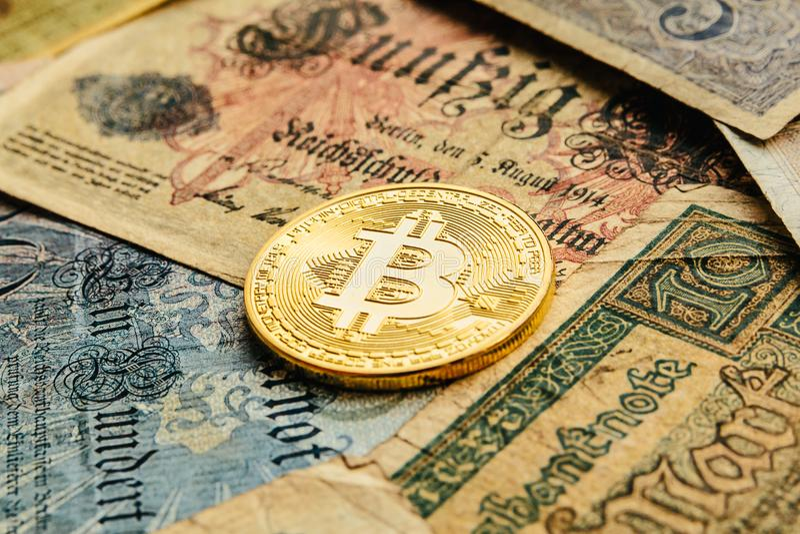 Bitcoin με τα παλαιά χρήματα deutsch Πληθωρισμός των χρημάτων εγγράφου Υπόβαθρο έννοιας Blockchain Cryptocurrency Κινηματογράφηση στοκ εικόνα