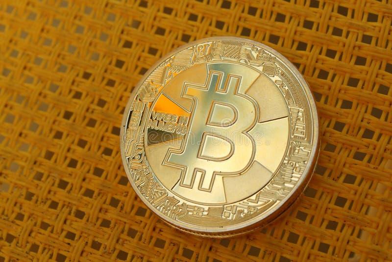 Bitcoin σε κίτρινη υφή Επιχειρηματική και εμπορική έννοια Κοντινό πλάνο στοκ φωτογραφίες με δικαίωμα ελεύθερης χρήσης