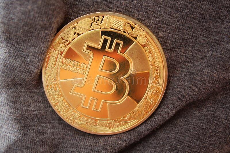 Bitcoin σε καμβά Κλείσιμο ενός χρυσού κέρματος bitcoin στοκ φωτογραφίες με δικαίωμα ελεύθερης χρήσης