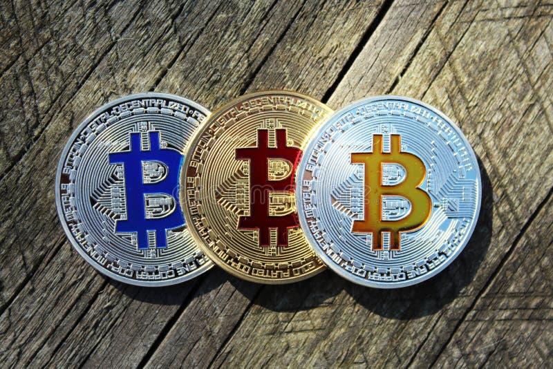 Bitcoin σε σειρά σε φόντο ξύλου στοκ εικόνα με δικαίωμα ελεύθερης χρήσης