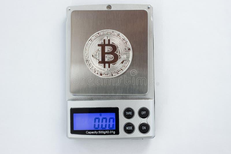 Bitcoin στις ψηφιακές κλίμακες στοκ εικόνες