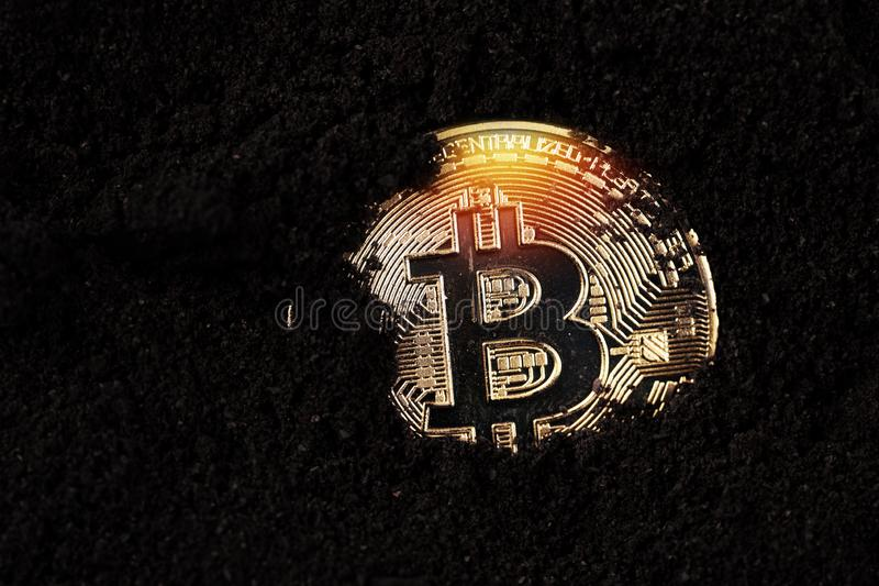 Bitcoin στο έδαφος, μακρο πυροβολισμός στοκ φωτογραφία