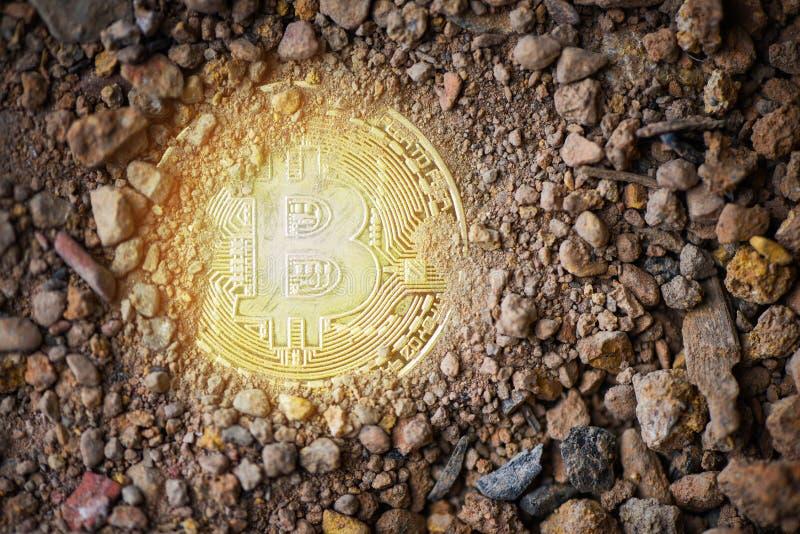 Bitcoin χρυσό στο επίγειο χώμα βαθιά με την ελαφριά εικονική έννοια μεταλλείας cryptocurrency bitcoin στοκ εικόνες