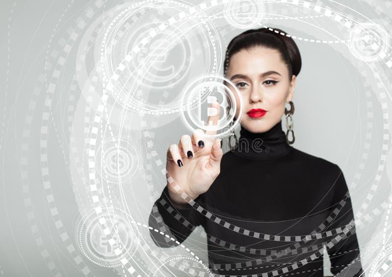 Bitcoin, виртуальный дисплей и рука женщины Переходы Blockchain стоковые изображения