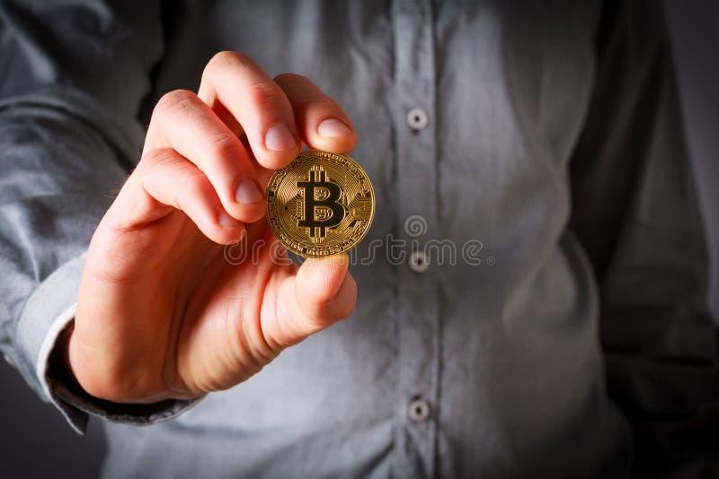 Bitcoin владением руки стоковое фото