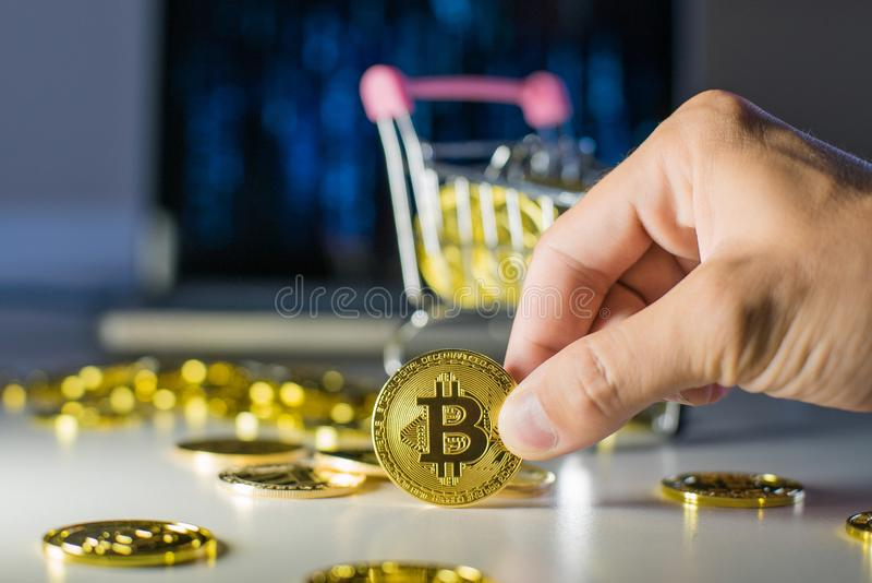 Bitcoin в руке Держите монетку с пальцами стоковые изображения