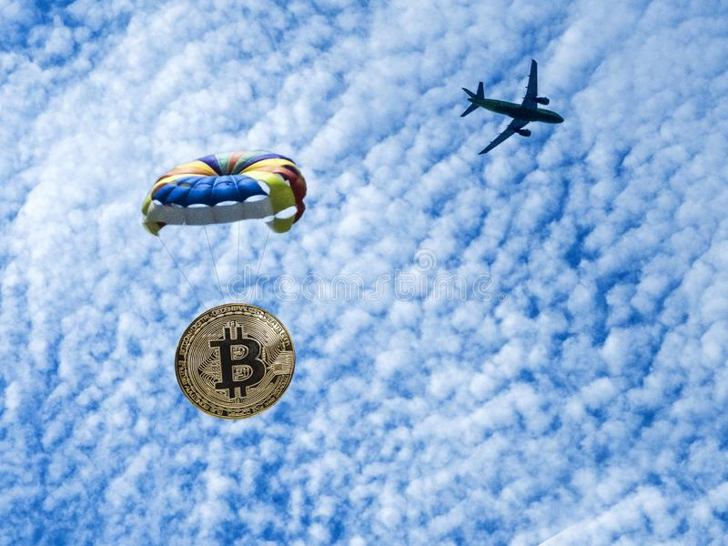 Bitcoin монетки летает на парашют от самолета Знак внимания выброски десанта стоковая фотография