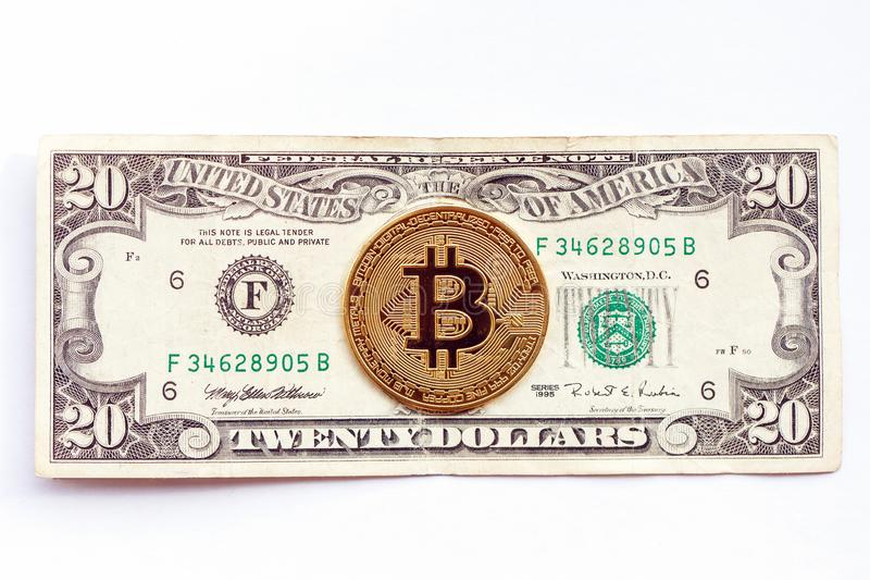 Bitcoin на предпосылке двадцатидоллоровой банкноты Cryptocurrency против традиционная экономика стоковое фото