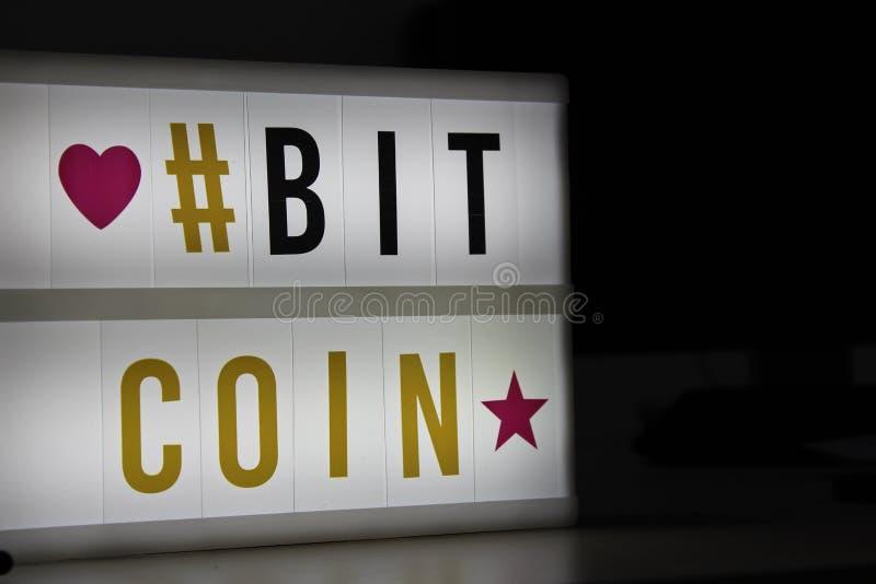 Bitcoin привело светлый знак стоковые изображения