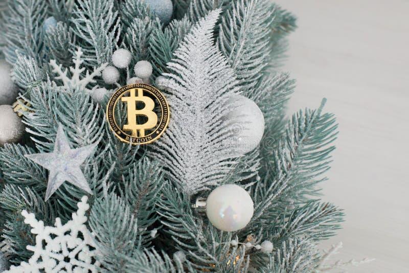 Bitcoin среди игрушек рождества стоковое изображение rf