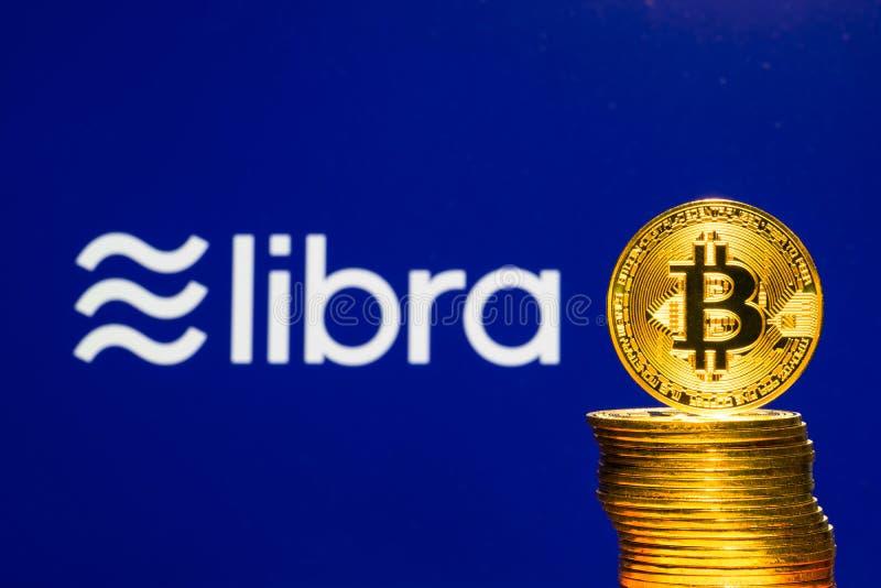 Bitcoin чеканит с логотипом монетки Libra Facebook секретным стоковая фотография rf