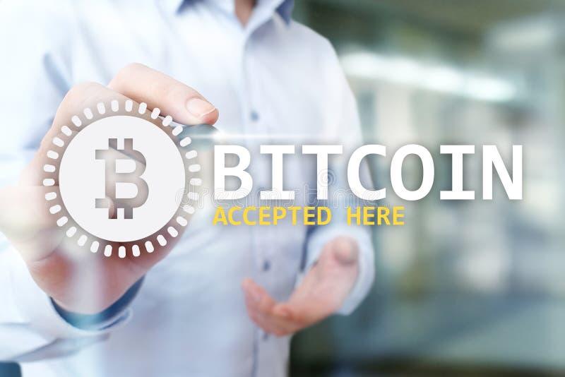 Bitcoin accepterade här text och logo på den faktiska skärmen Online-betalning- och cryptocurrencybegrepp royaltyfri foto
