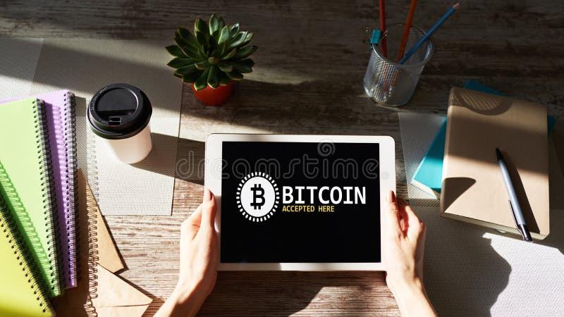 Bitcoin accepterade h?r tecknet p? sk?rmen E-betalning, Cryptocurrency och finansiellt teknologibegrepp royaltyfria bilder