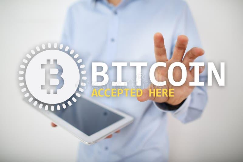 Bitcoin accepterade h?r text och logo p? den faktiska sk?rmen Online-betalning- och cryptocurrencybegrepp royaltyfri fotografi
