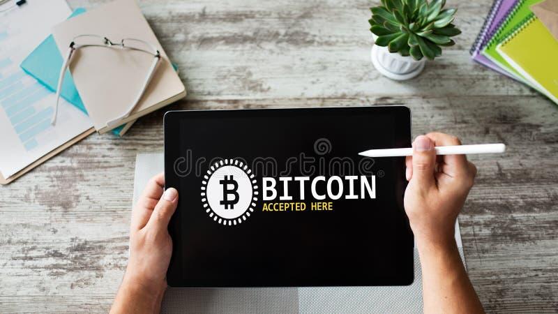 Bitcoin aceitou aqui o sinal na tela E-pagamento, Cryptocurrency e conceito financeiro da tecnologia fotos de stock