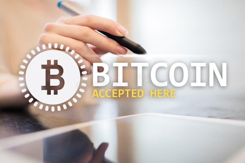 Bitcoin aceitou aqui o texto e o logotipo na tela virtual Conceito em linha do pagamento e do cryptocurrency imagens de stock royalty free