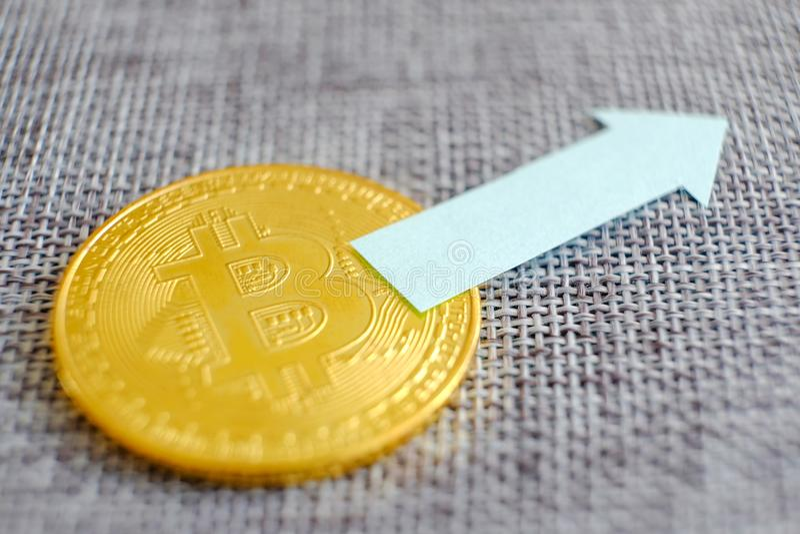 Bitcoin argenté avec le fond réflexe et rétro de carte Affaires de transfert de monnaie de banque de cryptocurrency de pièce de m image stock