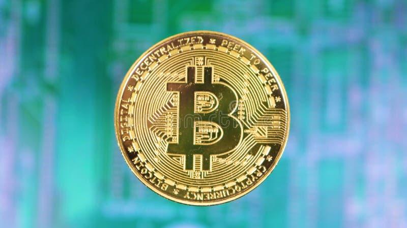 Or Bitcoin au-dessus de carte mère éloignée images stock