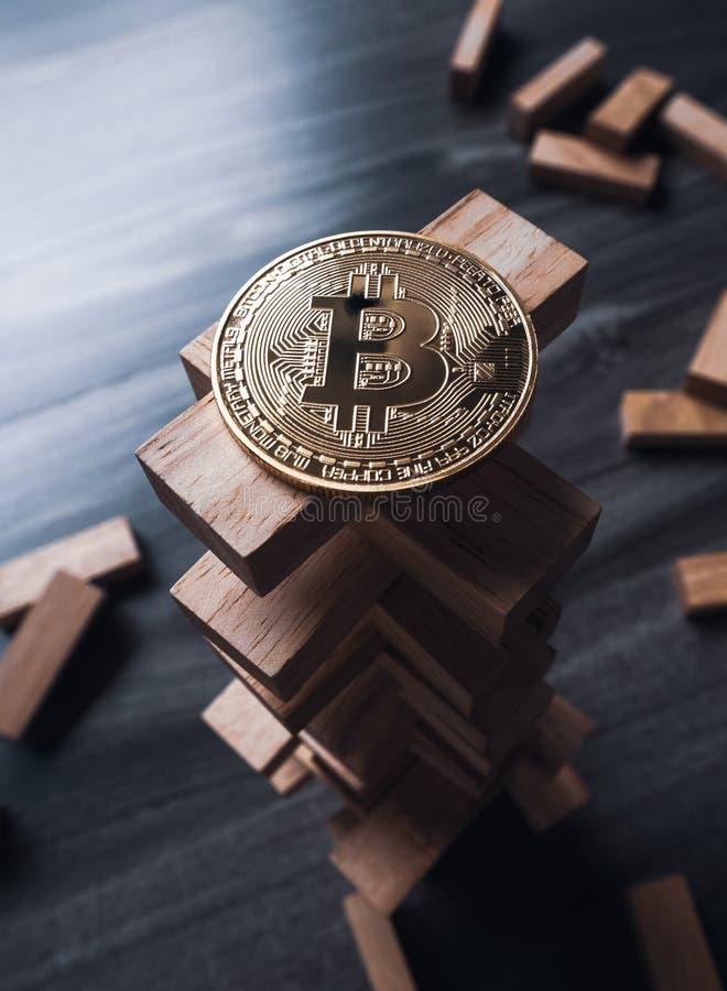 Bitcoin auf dem hölzernen Bausteinturm Konzept für bitcoin stockbild