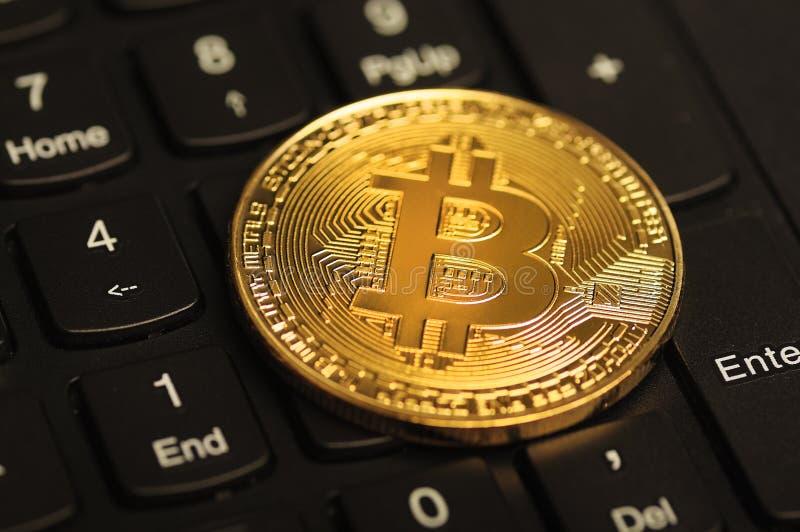 Bitcoin auf der Computertastatur stockfoto