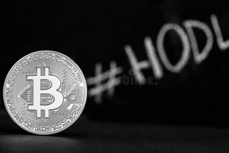 Bitcoin auf einem schwarzen Hintergrund steht auf dem Rand stockbilder