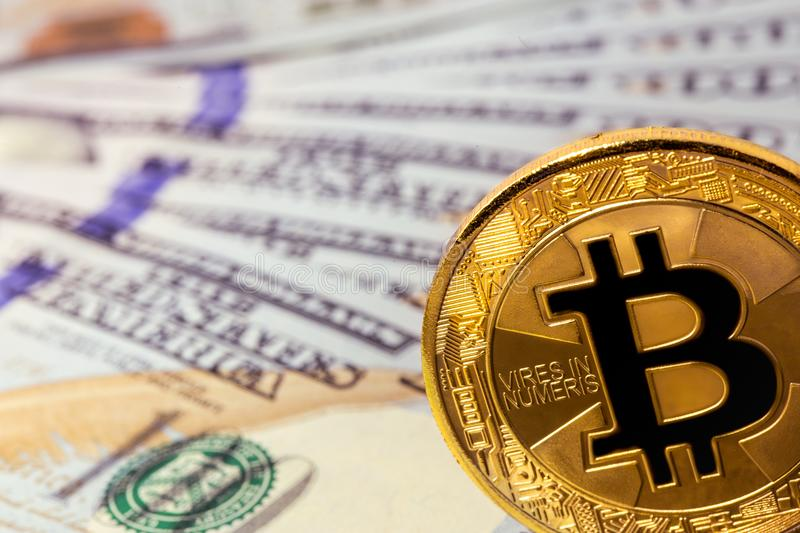 Bitcoin avec des dollars photo stock