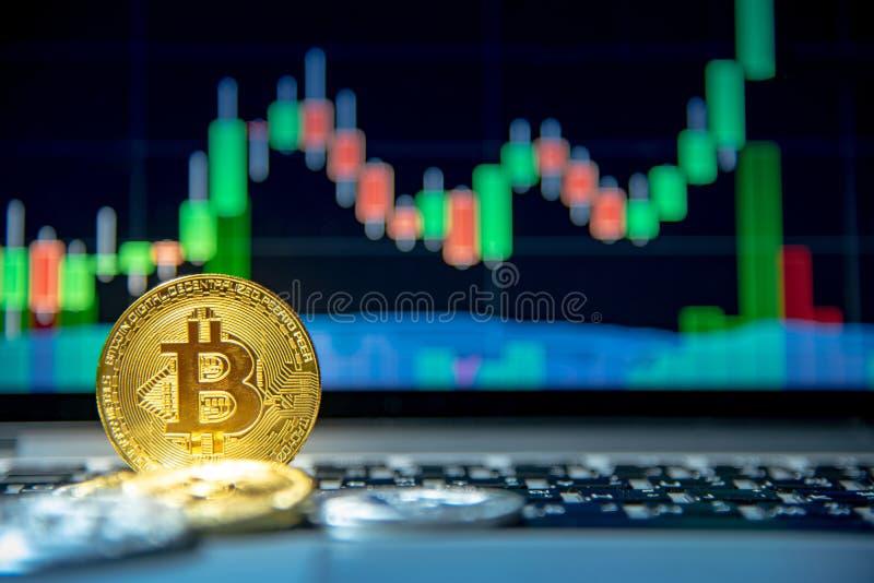 Bitcoin avec le graphique de chandelier, le cryptocurrency et le payme numérique photos stock