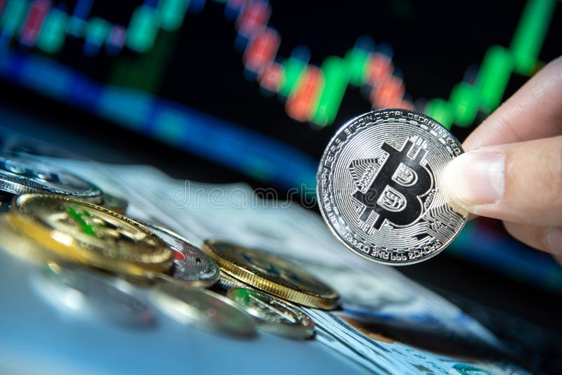 Bitcoin avec le graphique de chandelier, le cryptocurrency et le payme numérique photos libres de droits