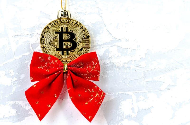 Bitcoin avec un arc rouge sous forme de jouets et de décorations pour t photographie stock libre de droits