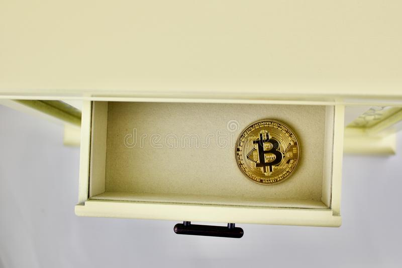 Bitcoin badania lekarskiego moneta w kreślarzie obraz royalty free
