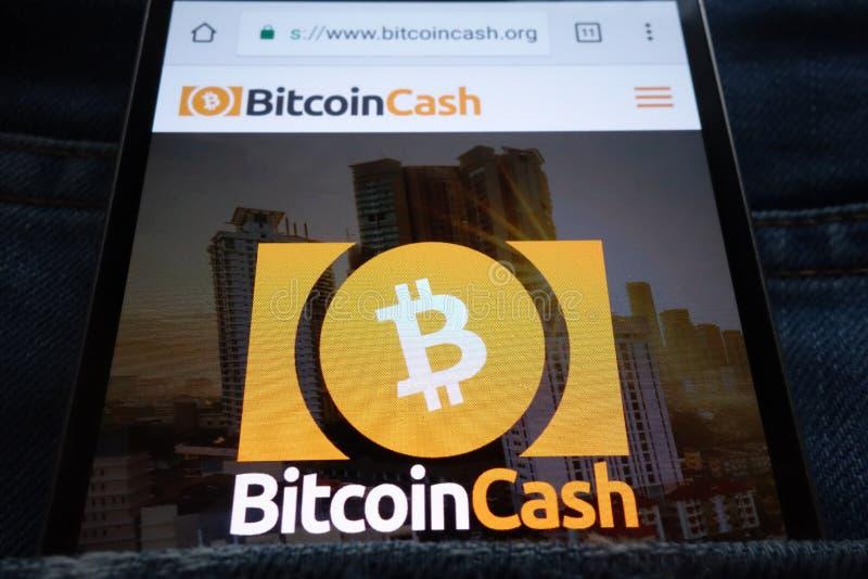 Bitcoin-Bargeld cryptocurrency Website, die auf dem Smartphone versteckt wird in den Jeans angezeigt wird, stecken ein lizenzfreie stockbilder