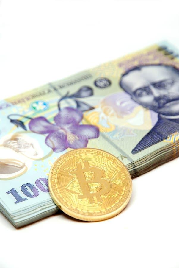 Bitcoin begreppsmynt och bunt av den romanian valutaron leuen över vit bakgrund royaltyfri bild