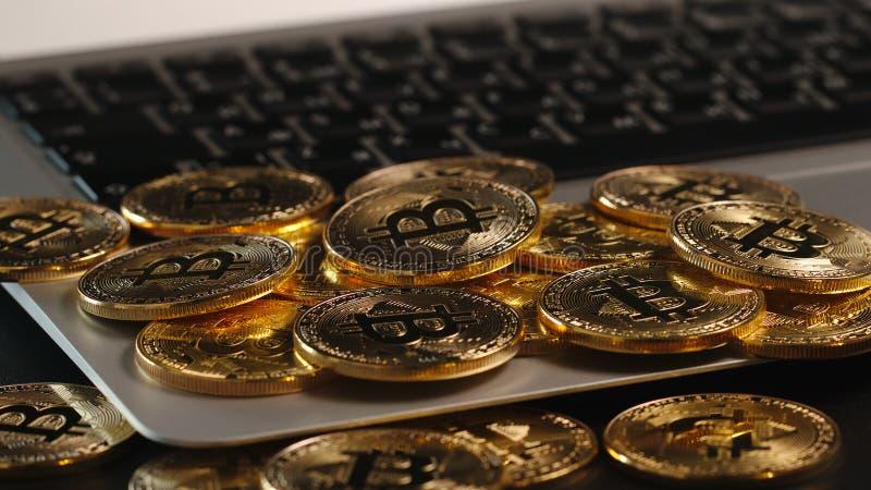 Bitcoin-Bergbau - Münzen erscheint auf einem Laptop lizenzfreie stockfotografie