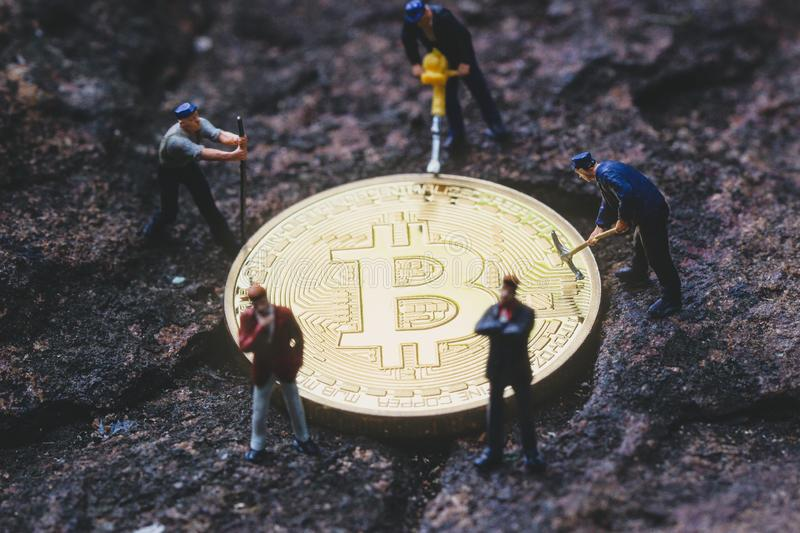 Bitcoin Bergbau und Businessmans Bergbau cryptocurrency lizenzfreies stockfoto