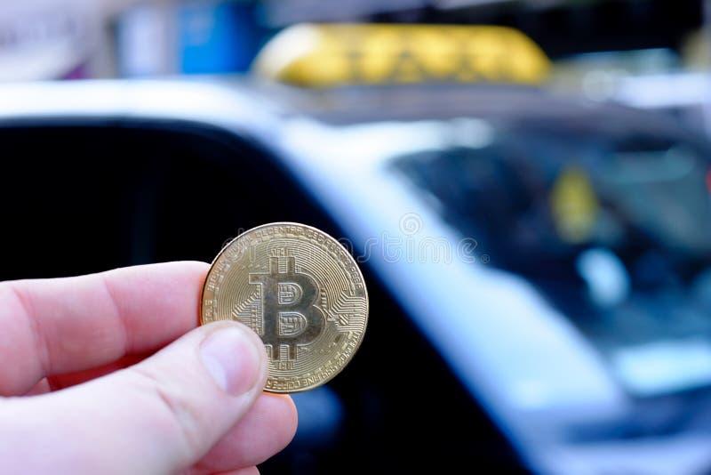 Bitcoin betalning en taxi för en biljettpris genom att använda cryptocurrency royaltyfria foton