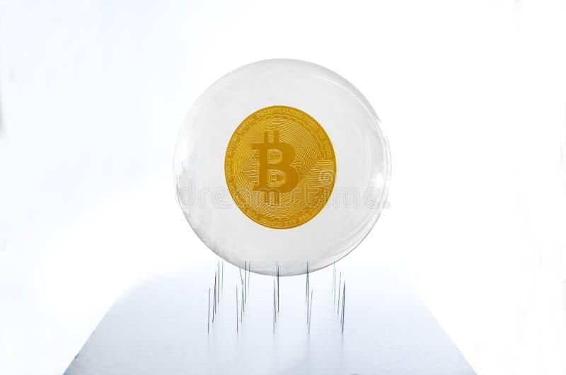 Bitcoin binnen een bel over een naaldenbed die fragil simuleren royalty-vrije stock fotografie