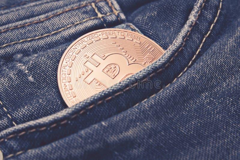 Bitcoin in blauw Jean: financiën en economieconcept royalty-vrije stock fotografie