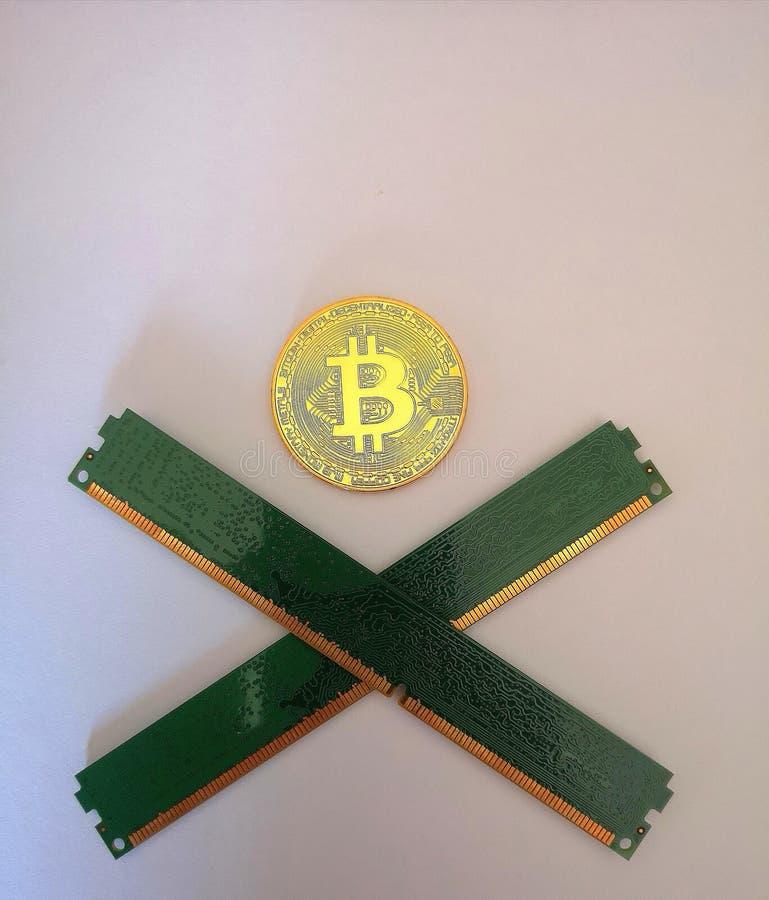 Bitcoin Blockchain due plance della memoria attraversa il simbolo Jolly Roger del pirata fotografia stock libera da diritti