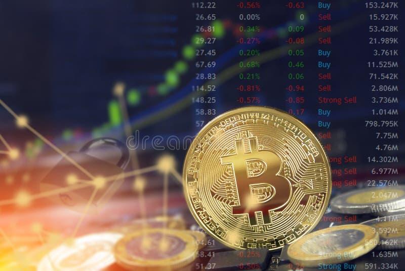 Bitcoin-blockchain Sicherheitskonzept mit der Internet-Wolkendatenverarbeitung und Münzen auf Laptop mit Diagramm und Verschluss
