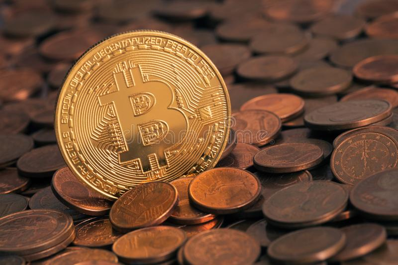 Bitcoin brillante que se pega hacia fuera de pila de viejo centavo euro acuña imagen de archivo libre de regalías