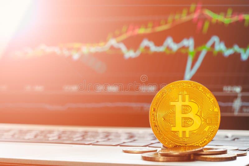 Bitcoin BTC cryptocurrencies z wzrastać zwyżkowego wykresu laptopu pokazu w tle Bitcoin akcyjnego handlu tła pojęcie zdjęcie royalty free