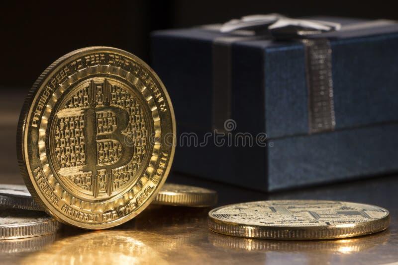 Bitcoin btccryptocurrency och mynt för btc för gåvaask guld- som symbol av elektroniskt faktiskt royaltyfri fotografi