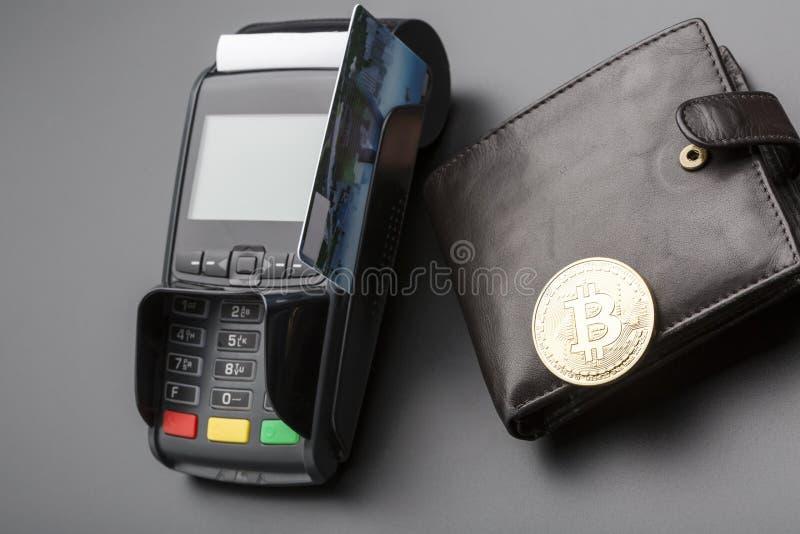 Bitcoin, cartão de crédito e Posição-terminal Conceito do negócio imagens de stock royalty free
