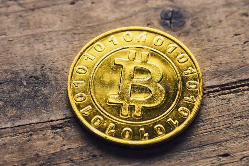 Bitcoin classico dorato su legno fotografia stock