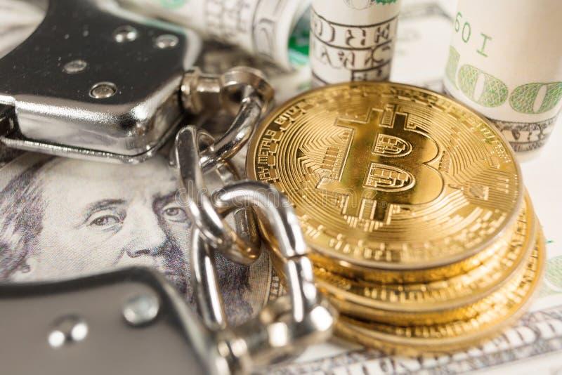 Bitcoin com algemas e dólares fotografia de stock