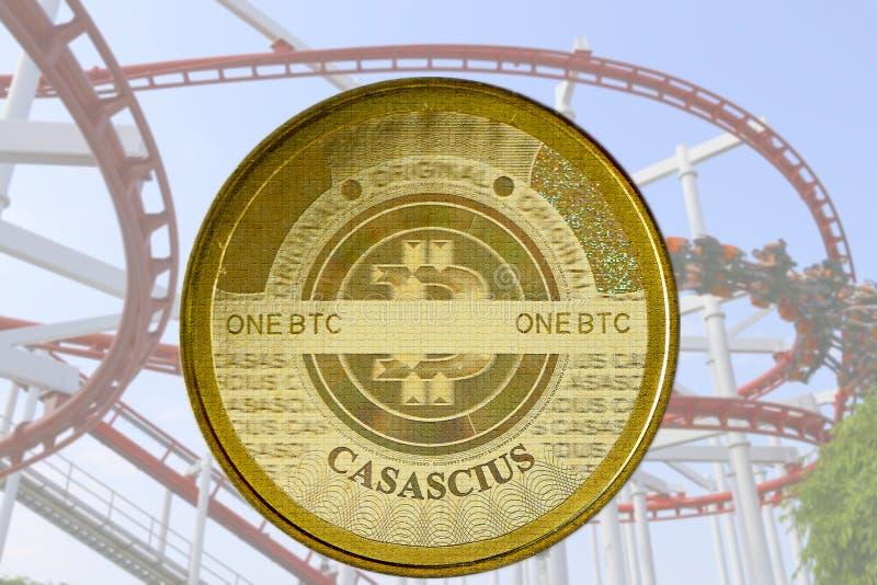 Bitcoin com a montanha russa no fundo foto de stock