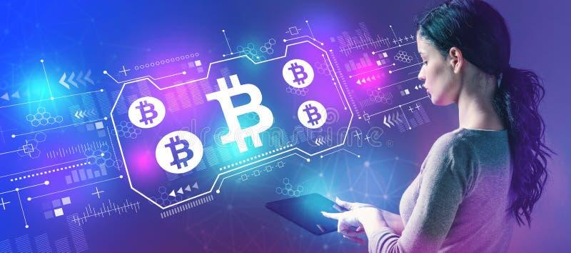 Bitcoin com a mulher que usa uma tabuleta imagens de stock